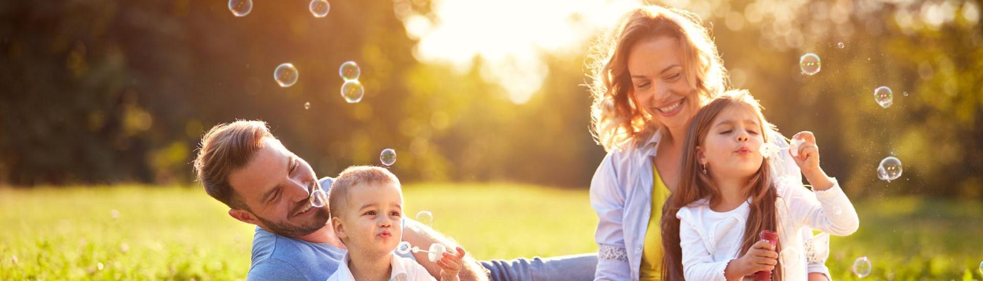 Famille qui souffle des bulles